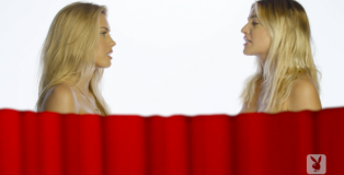 Playmate-si-vedono-nude-a-vicenda-video