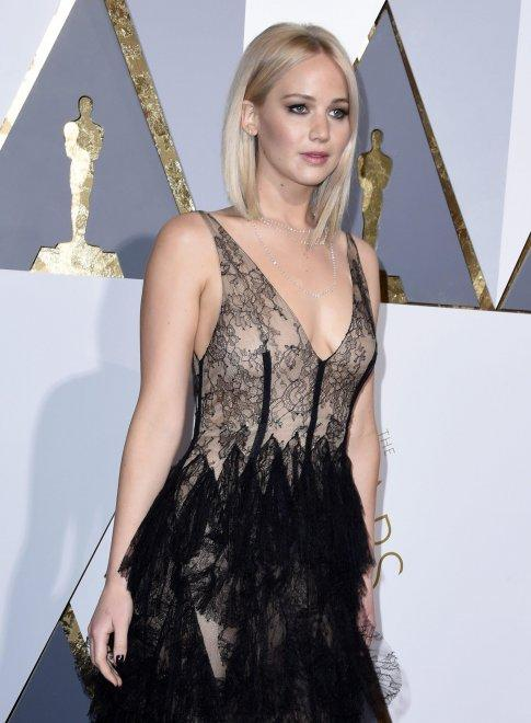 oscar-Jennifer-Lawrence-nude-look-dior-