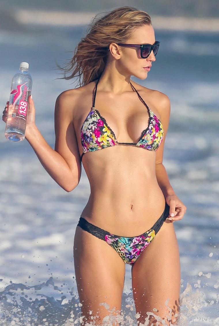 foto-ava-lange-Underboob-bikini-16