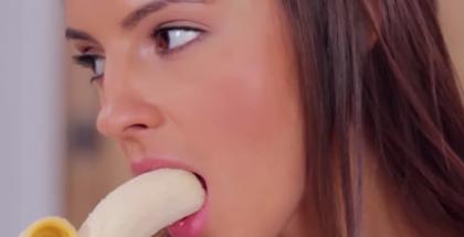 Vietato mangiare banane in modo erotico in Cina - FOTO