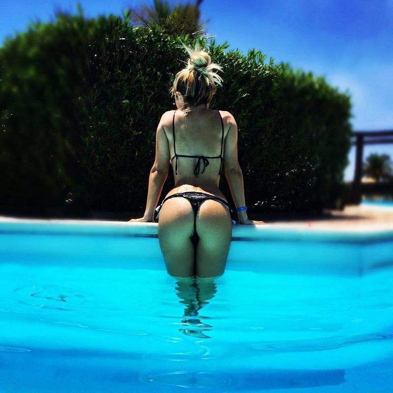 elena-morali-bikini-mare-culo-4