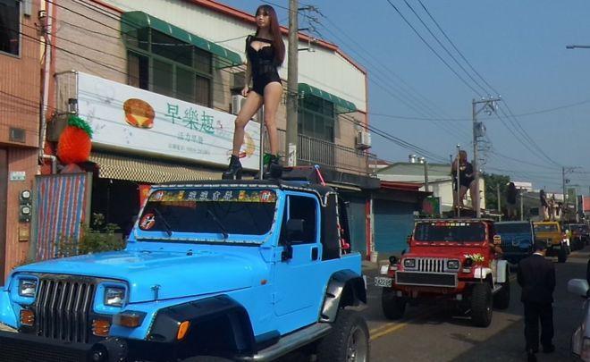 taiwan-funerale-pole-dancer