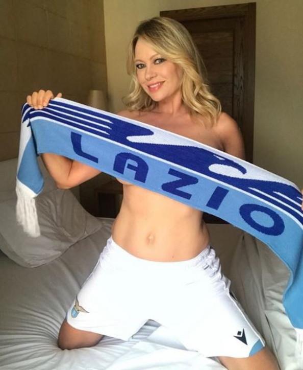 anna-falchi-selfie-sexy-10