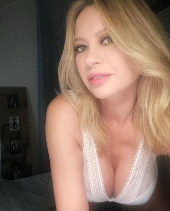 anna-falchi-selfie-sexy-3
